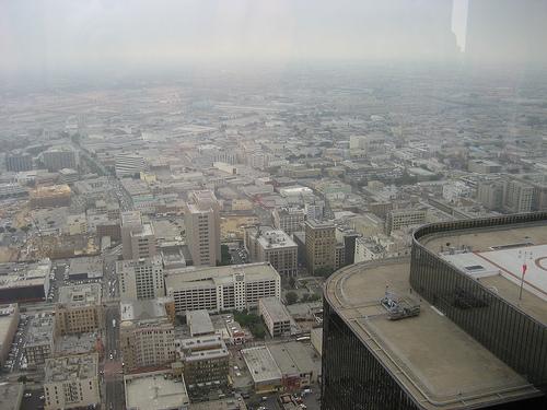 Le città sono quei luoghi in cui i contorni delle cose sono invariabilmente linee rette, in cui l'aria è spesso irrespirabile
