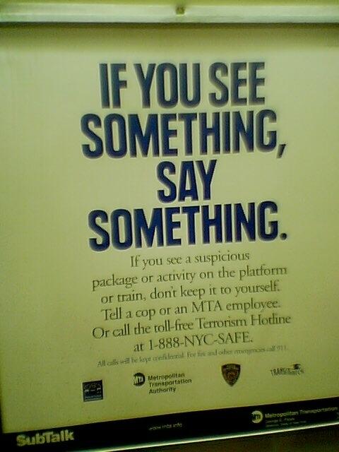 Se vedi un pacco sospettoso o delle attività nella piattaforma o nel treno, non tenerlo per te. Dillo a un poliziotto o a un dipendente della metro. O chiama il numero verde Hotline Terrorismo.